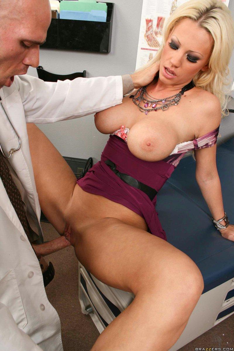 Доктор трахнул грудастую женщину